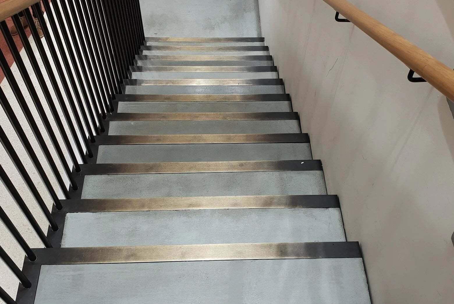 beton dekoracyjny na klatce schodowej