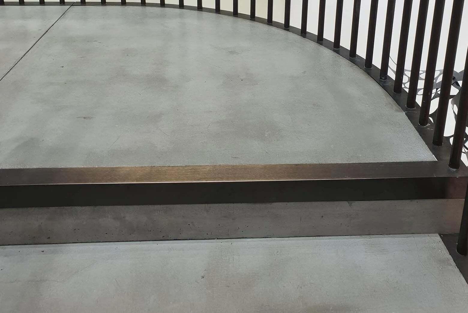 zbliżenie na stopień schodów betonowych
