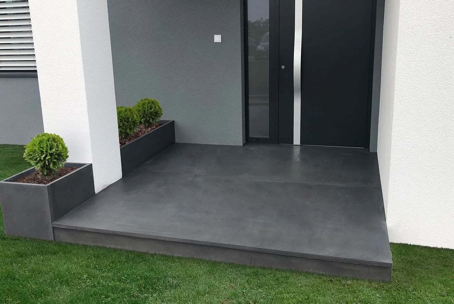 wejście do domu z płyt betonowych