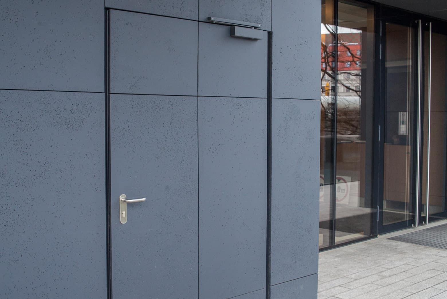 Betonowe płyty elewacyjne drzwi
