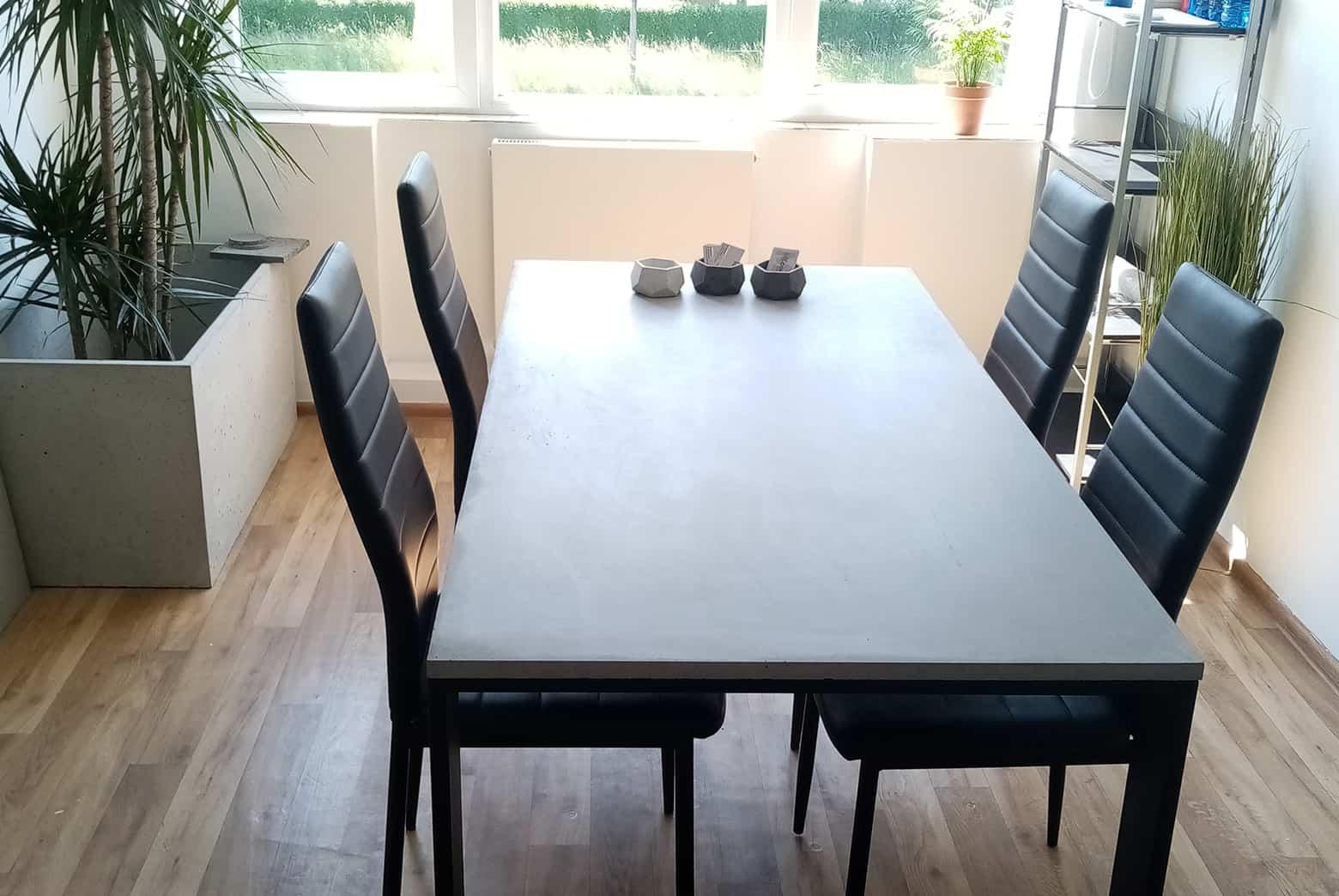 Stół betonowy w salonie